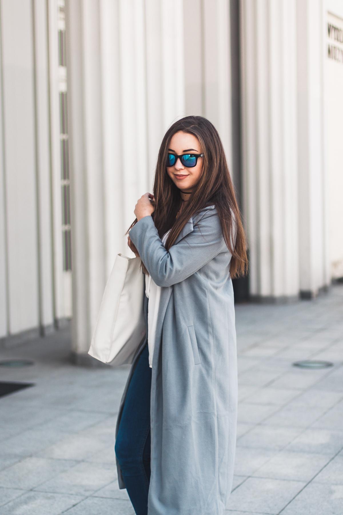 stylizacja z szarym długim płaszczem