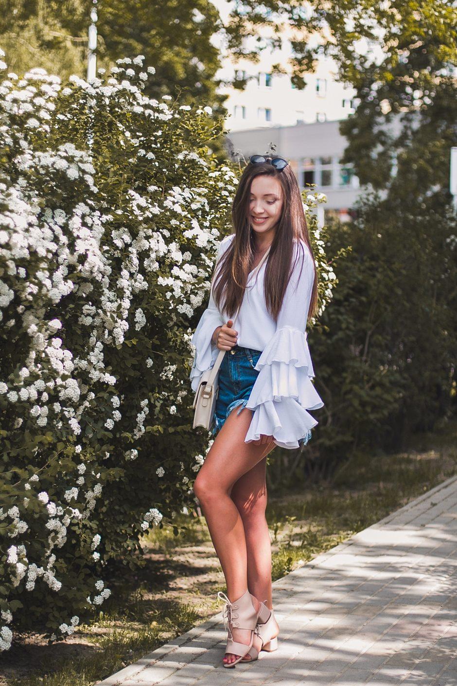 Biała koszula z falbankami na rękawach stylizacja