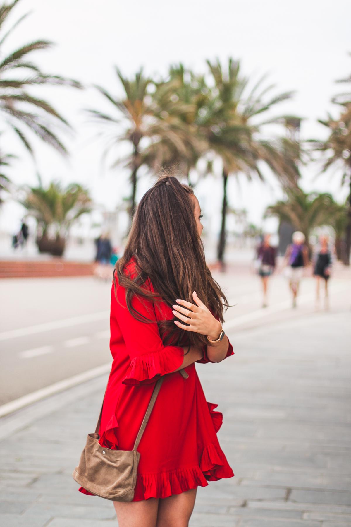 czerwona sukienka z falbankami stylizacja