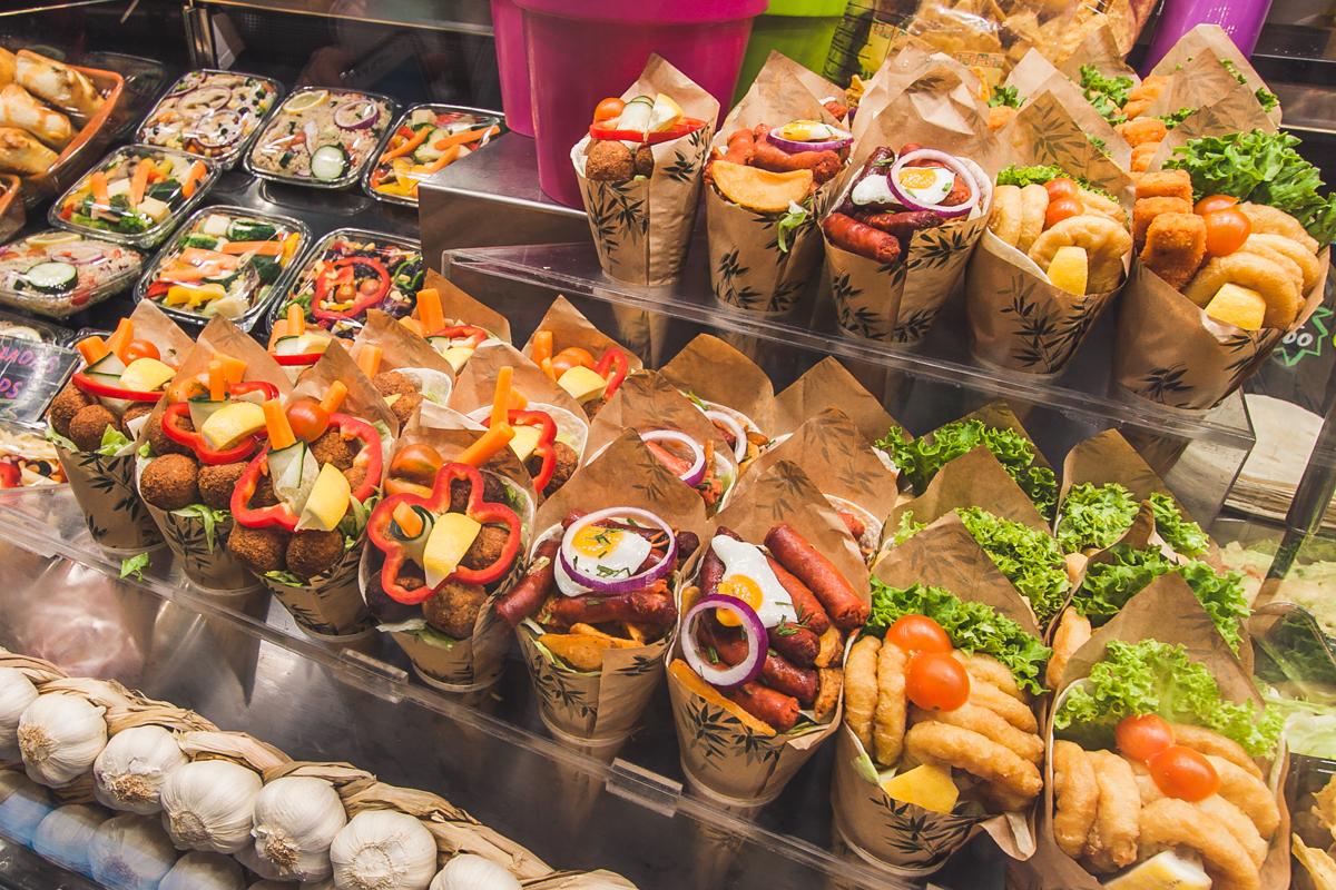 jedzenie na targu w barcelonie la boqueria