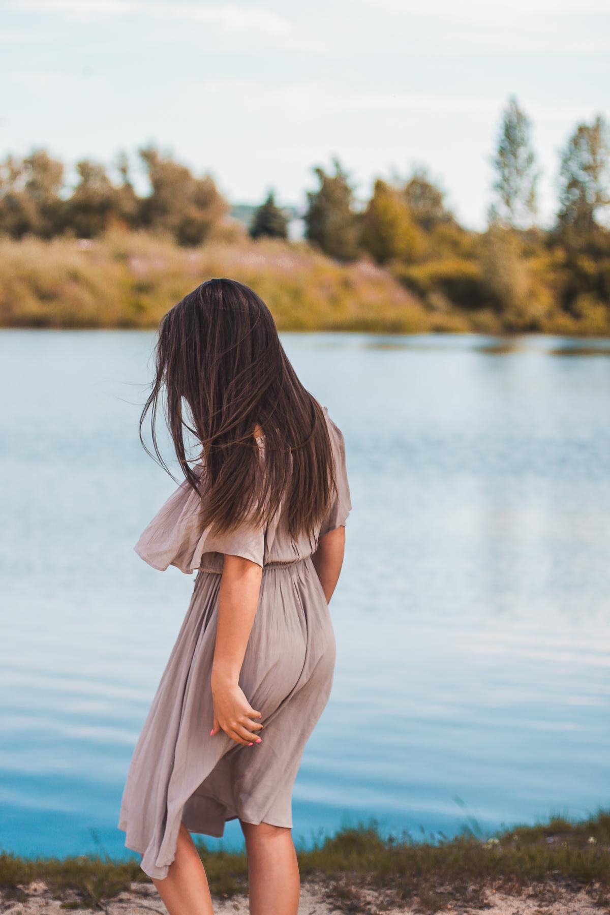 sukienka w długości midi