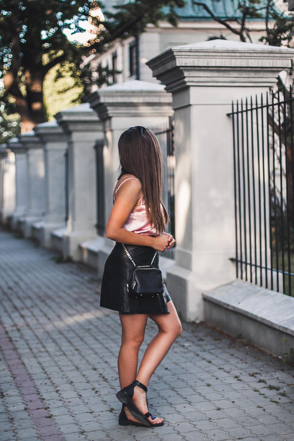czarne sandały w stylizacji blog
