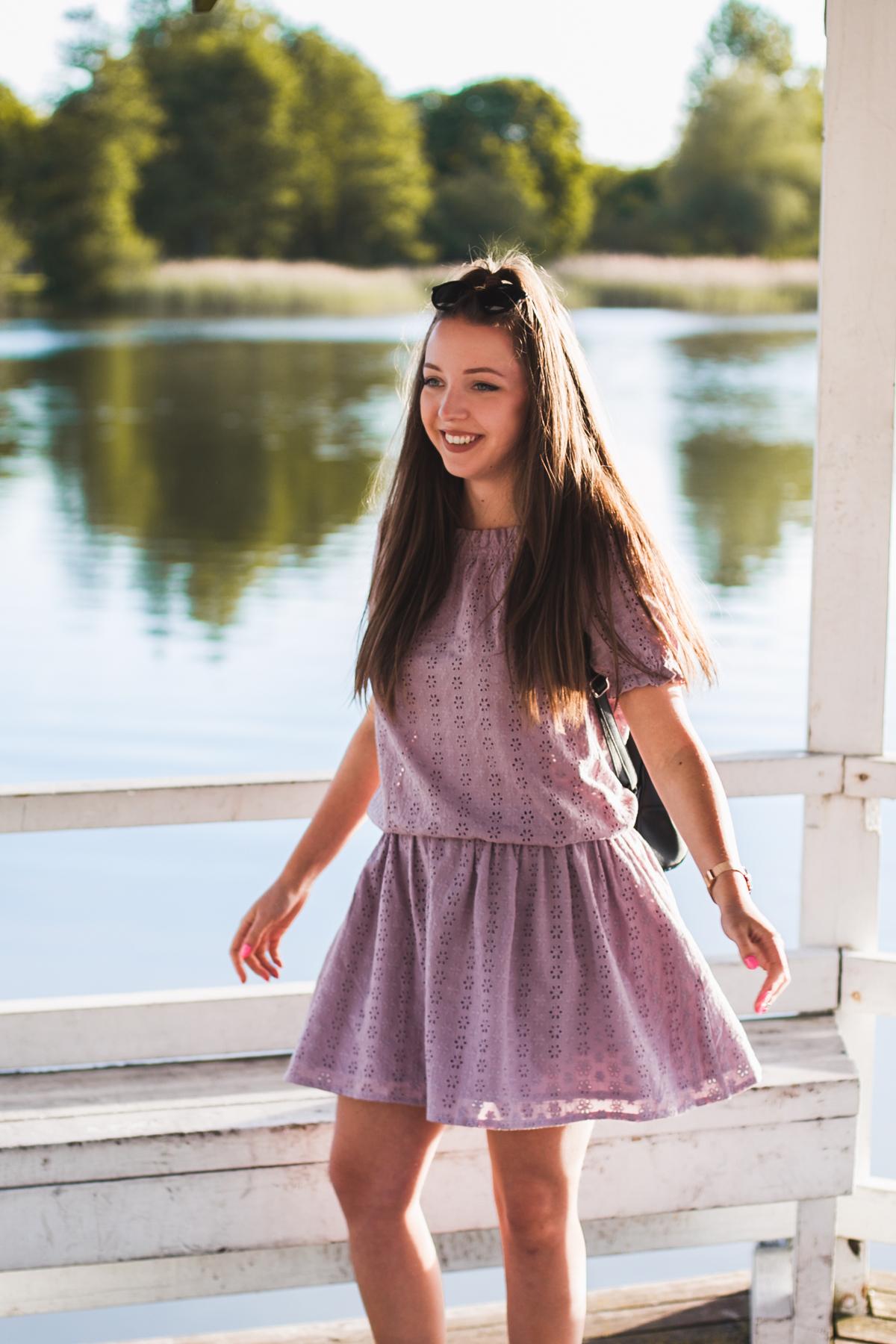 stylizacja z fioletową sukienką preska