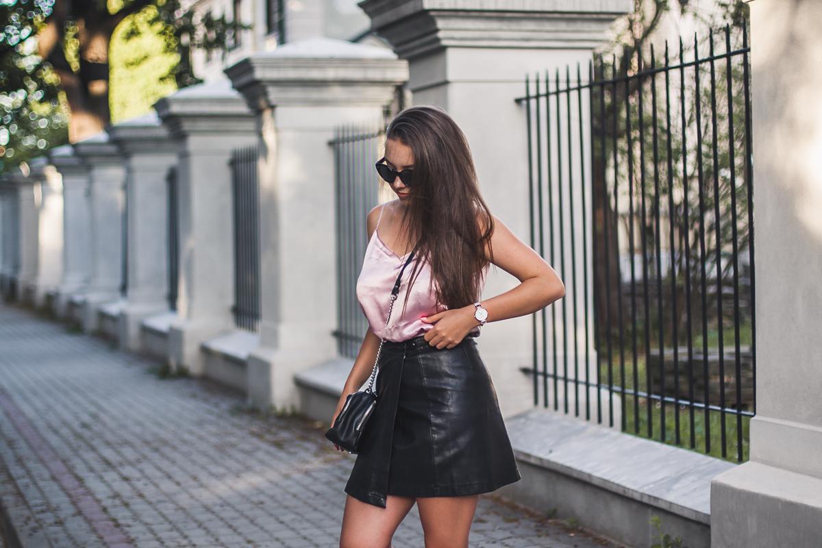 różowa jedwabna bluzka w stylizacji ze skórzaną spódnicą