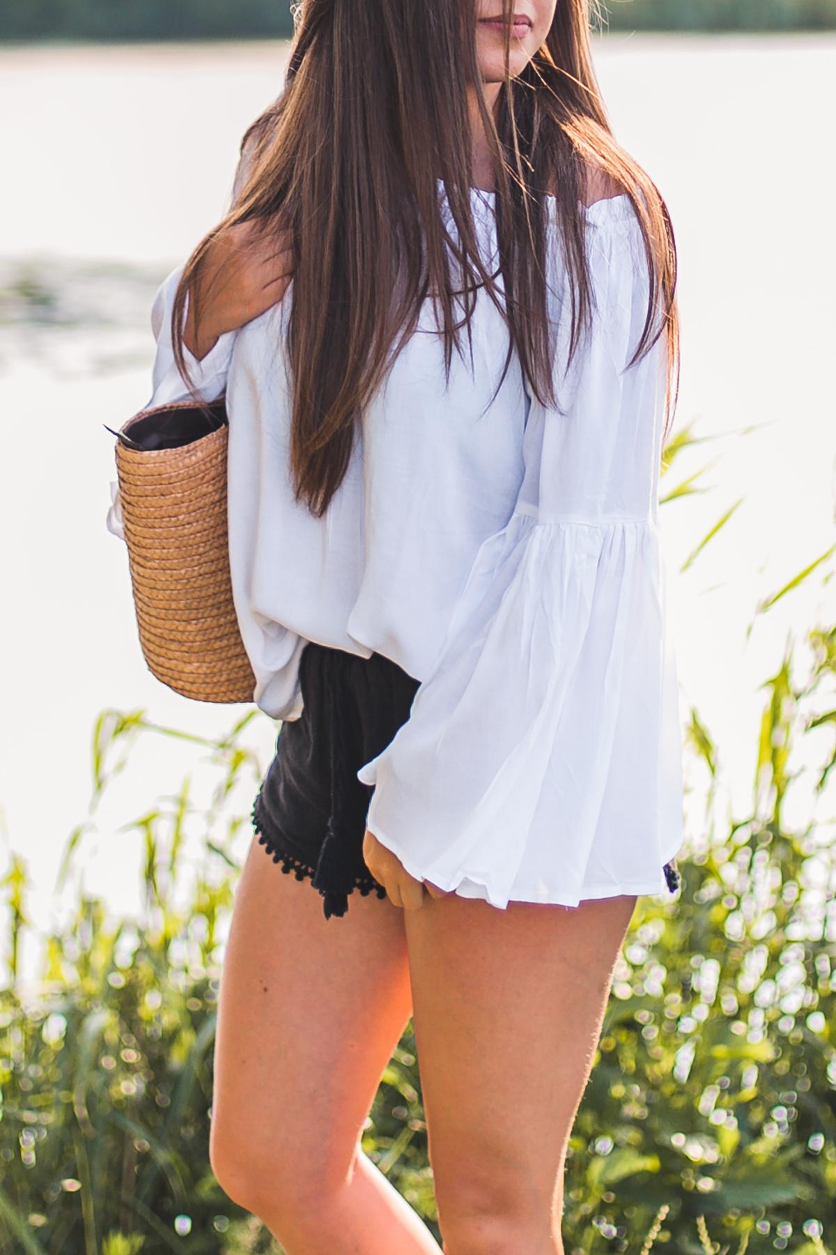 stylizacja z bluzką z odkrytymi ramionami
