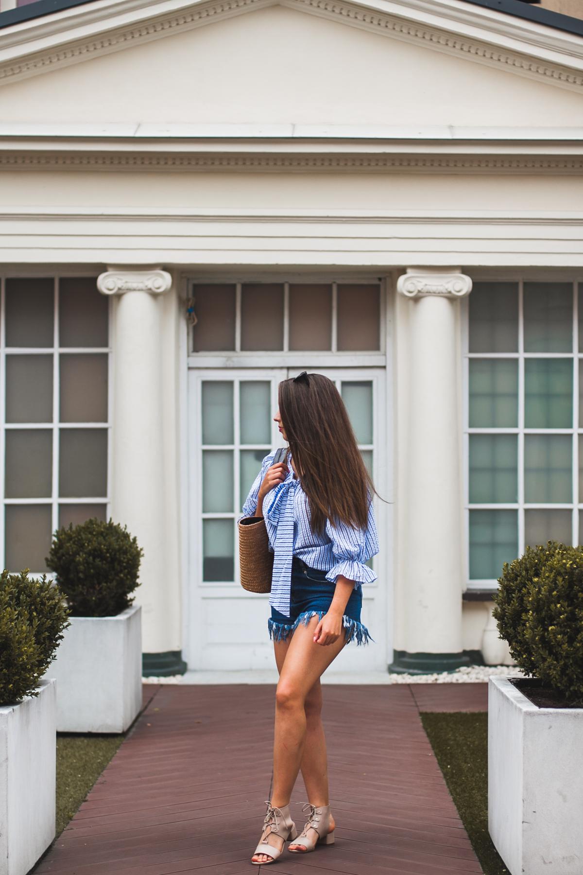 koszula w stylizacji z jeansowymi szortami