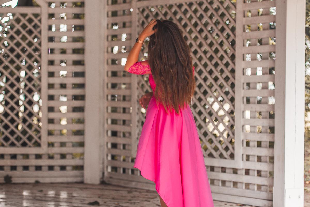 asymetryczna różowa sukienka w kolorze fuksji