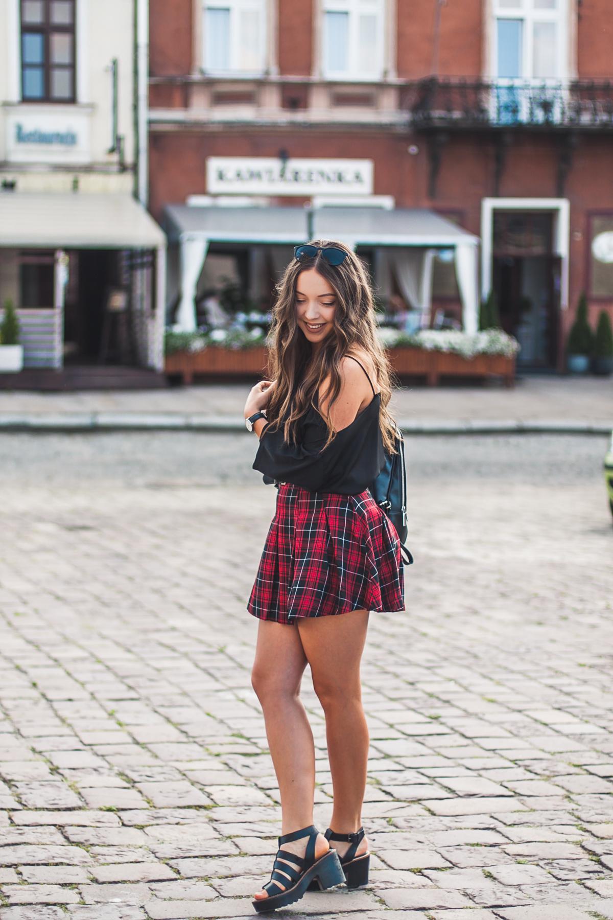 czarno czerwona spódnica mini w kratę