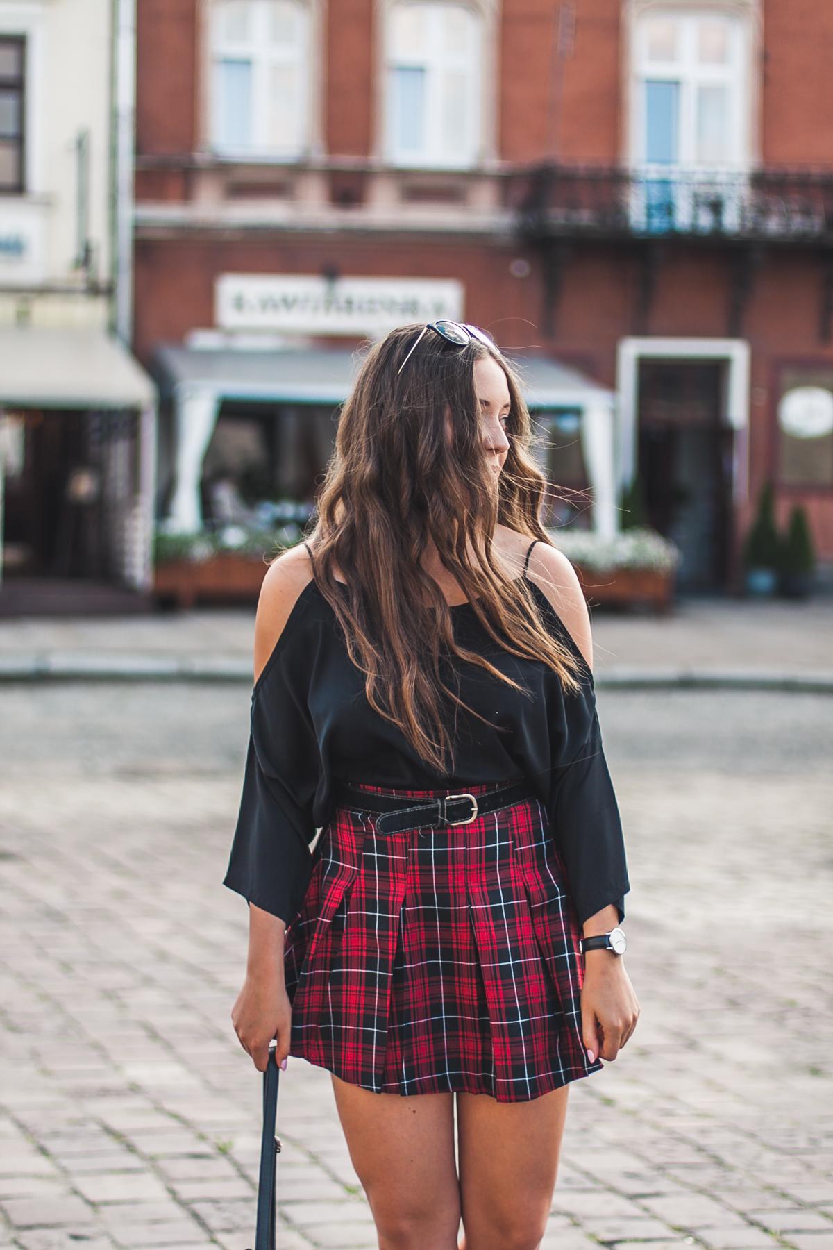 plisowana spódnica w kratkę jak nosić