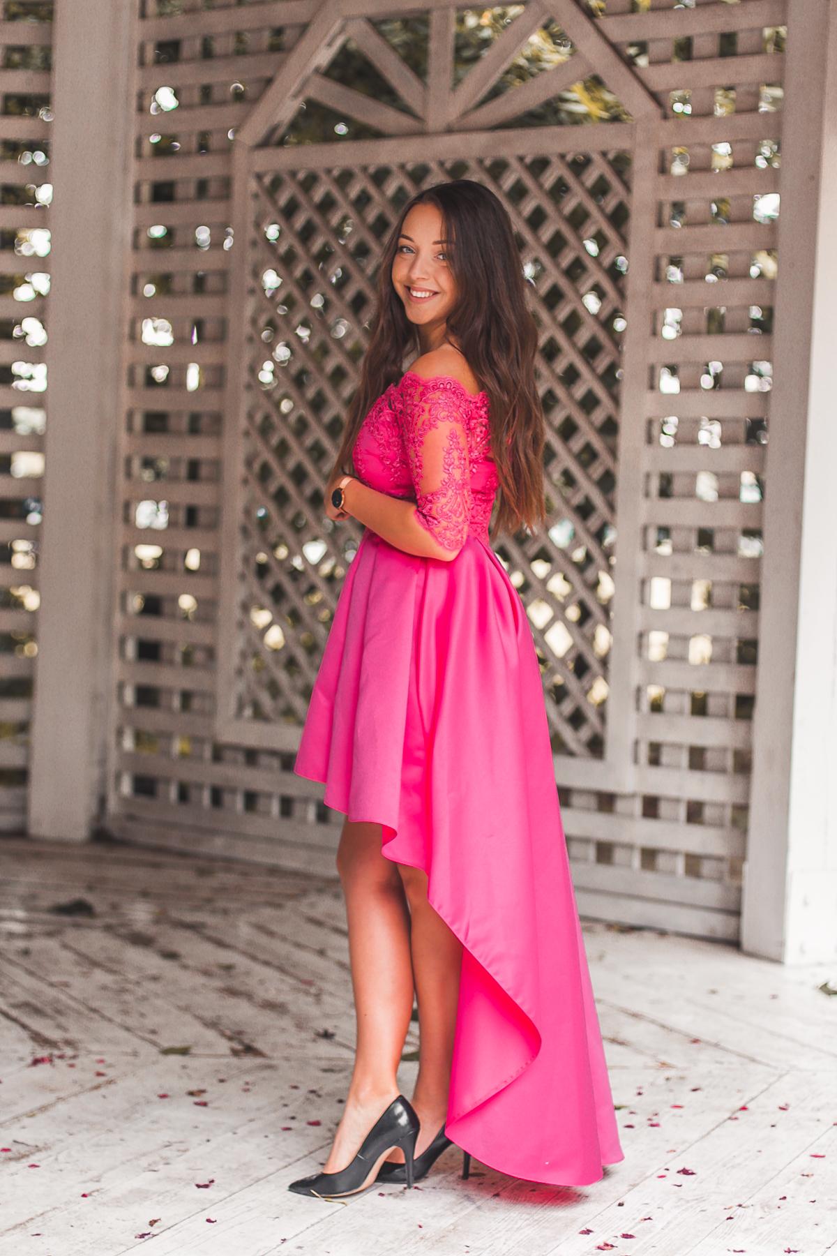 sukienka z odkrytymi ramionami na wesele
