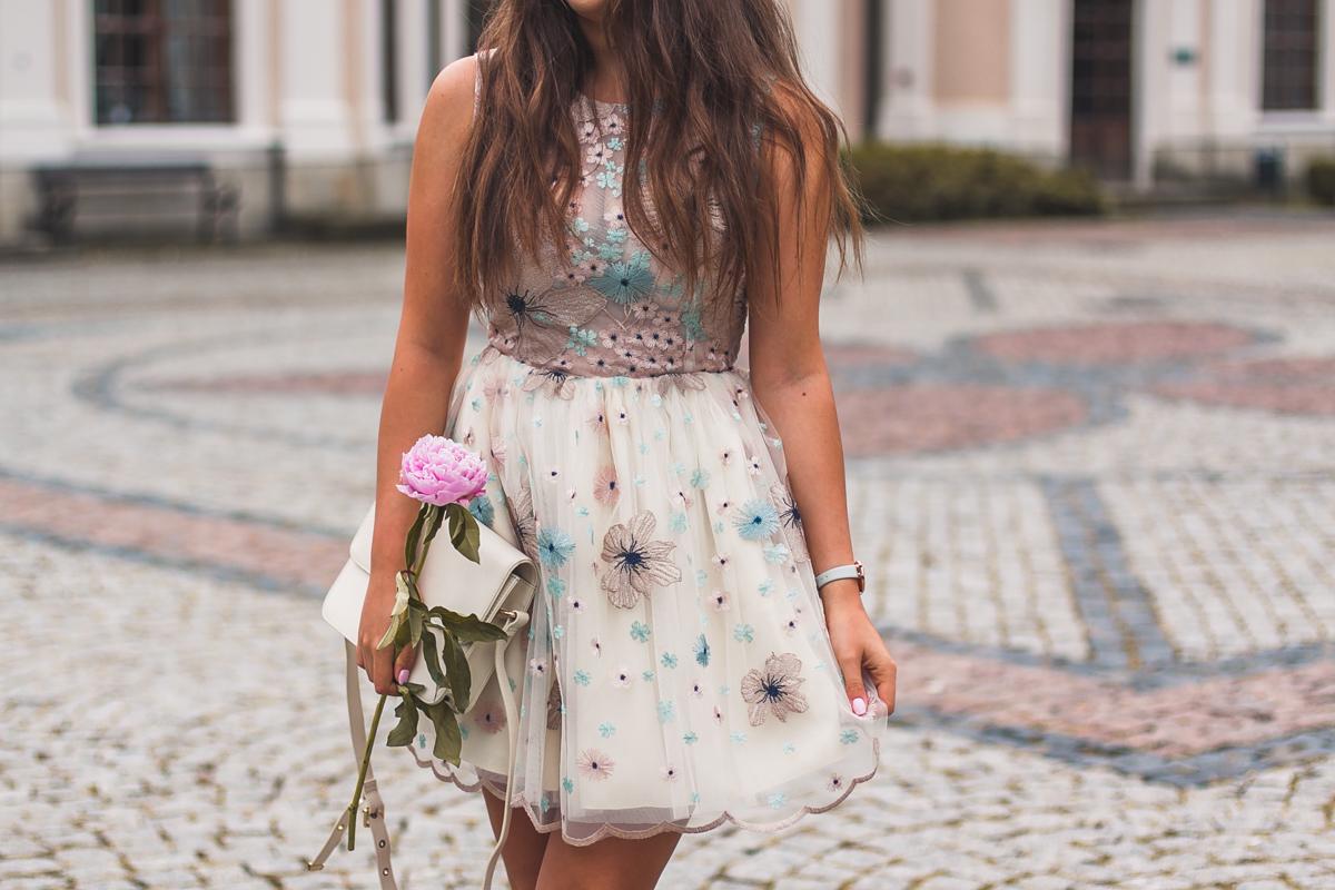 sukienka na wesele w kwiaty