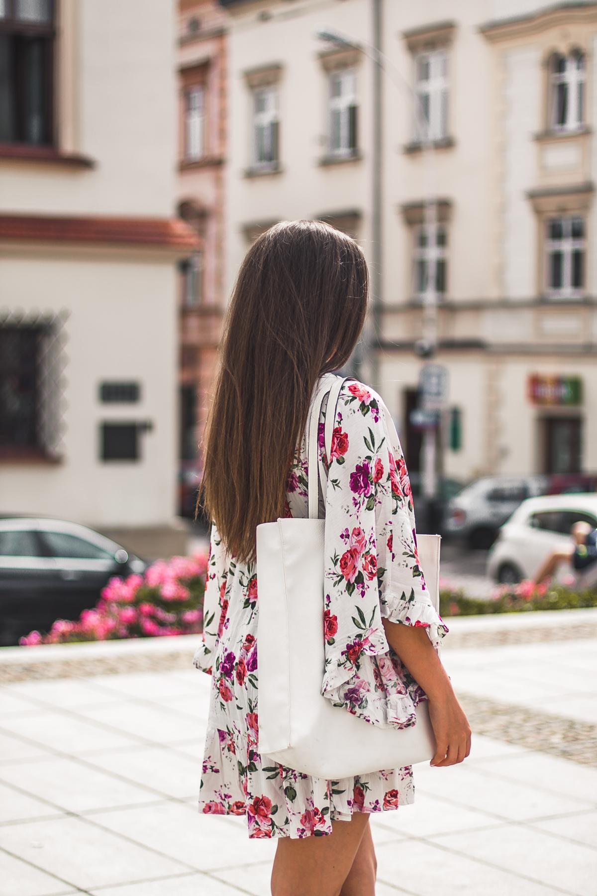 letnia sukienka w kwiaty w stylizacji