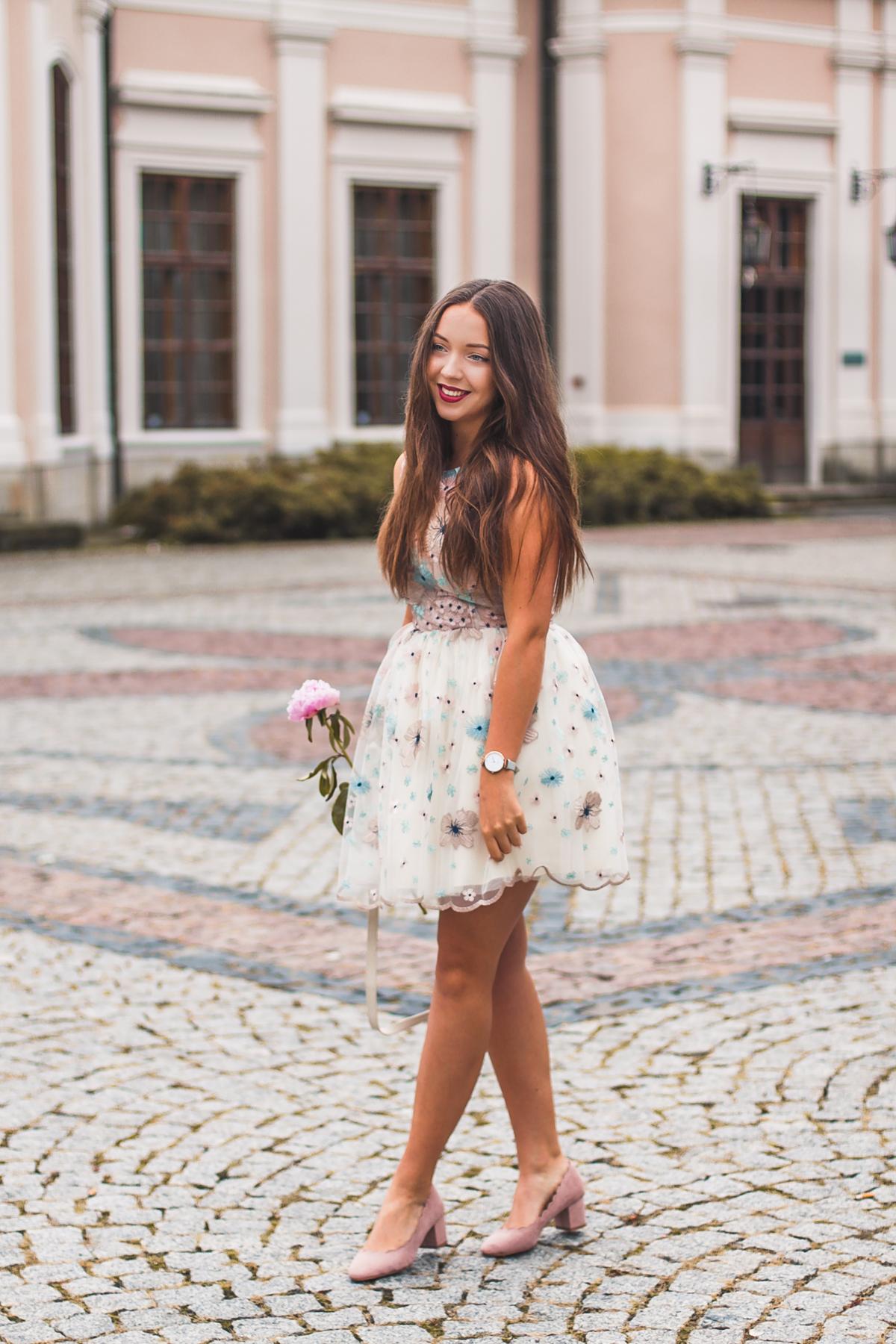 tiulowa sukienka na wesele w kwiaty