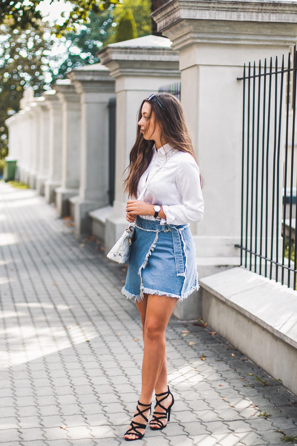 Biała jedwabna koszula w stylizacji z jeansową spódnicą