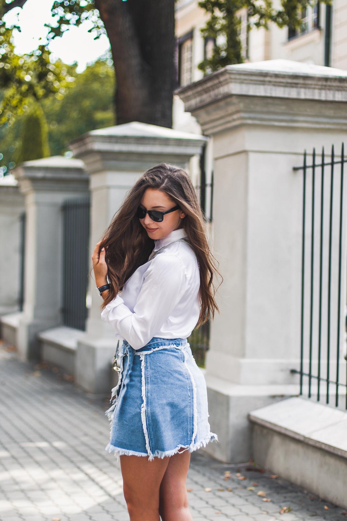 jeansowa postrzępiona spódnica w stylizacji