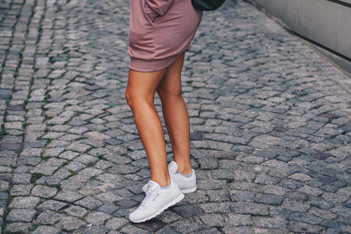 Białe buty sportowe reebok classic stylizacja