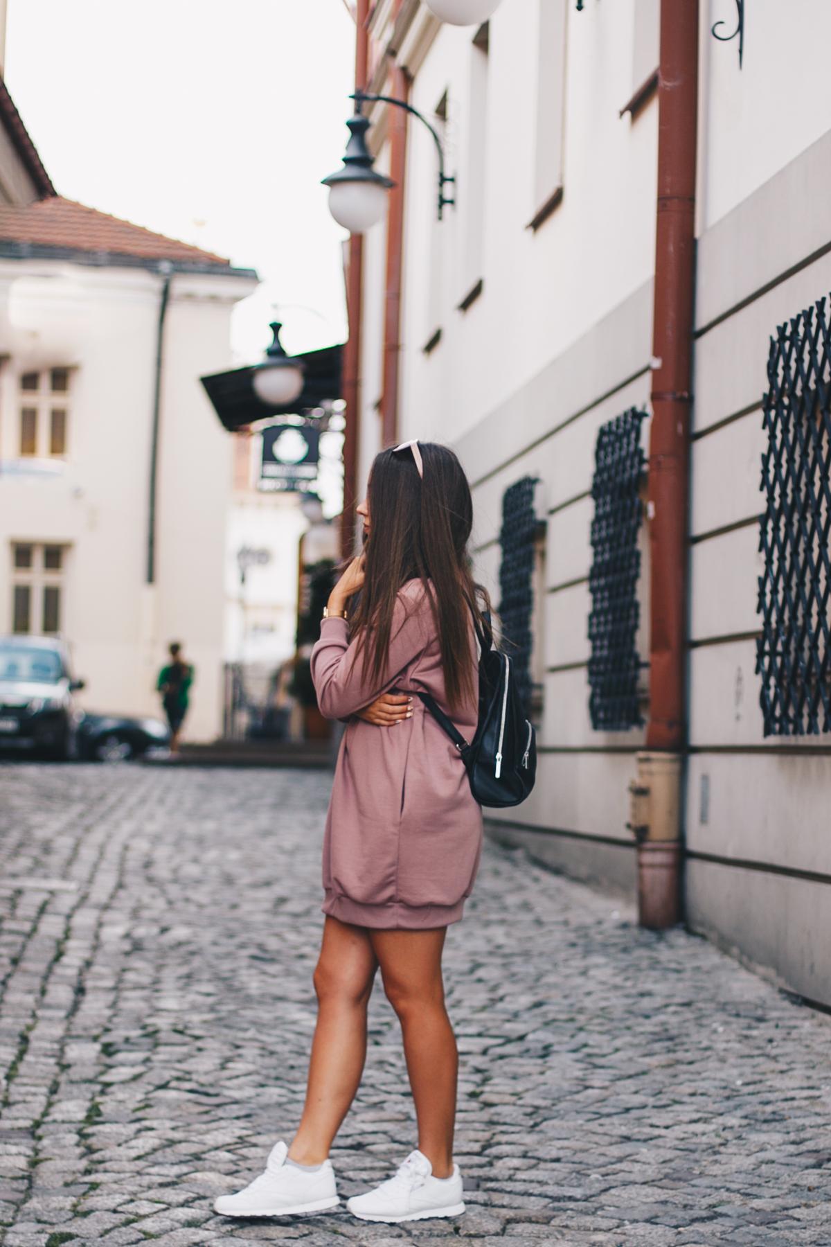 Dresowa sportowa sukienka stylizacja