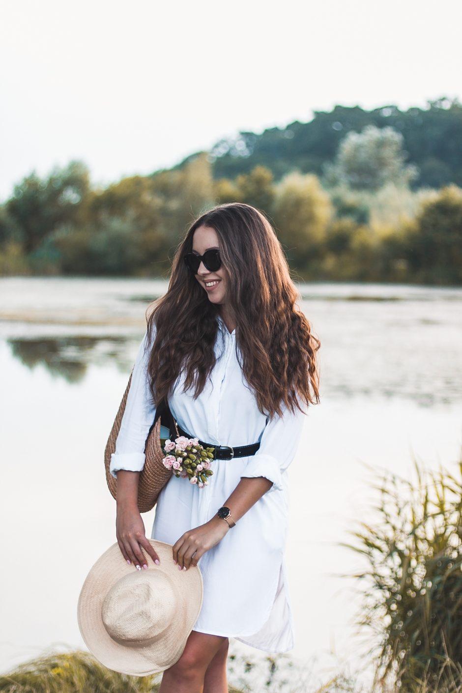 3c6bc4af37 Biała sukienka w wakacyjnej stylizacji ze słomianą torbą plażową