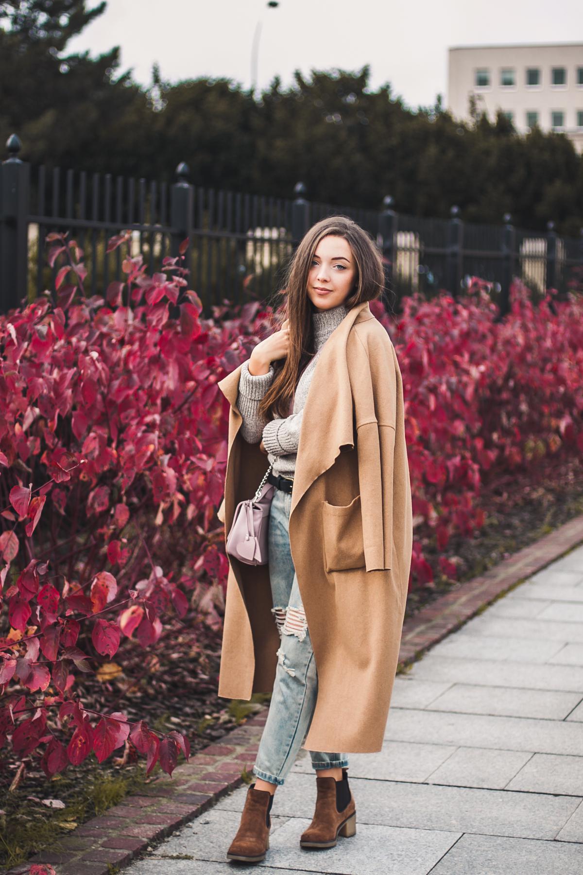 Długi płaszcz jesienny za kolano