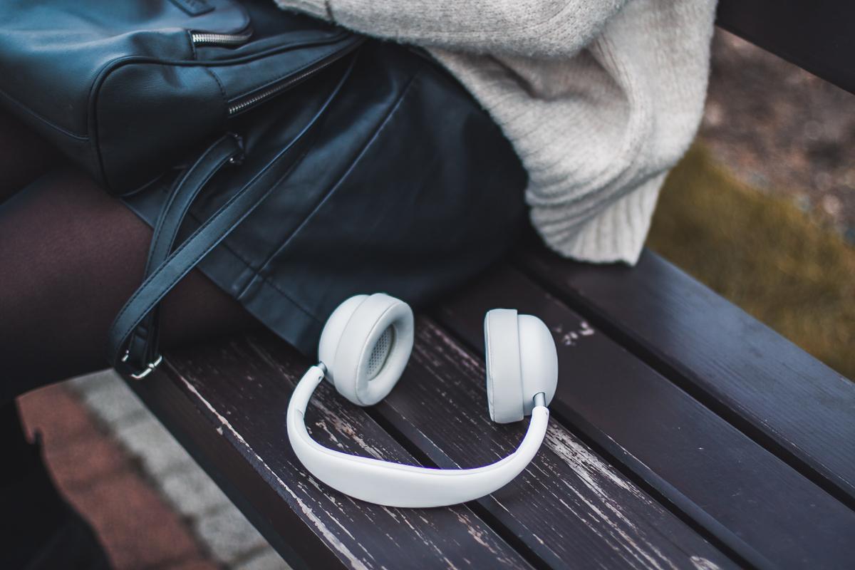 białe słuchawki bezprzewodowe Qilive