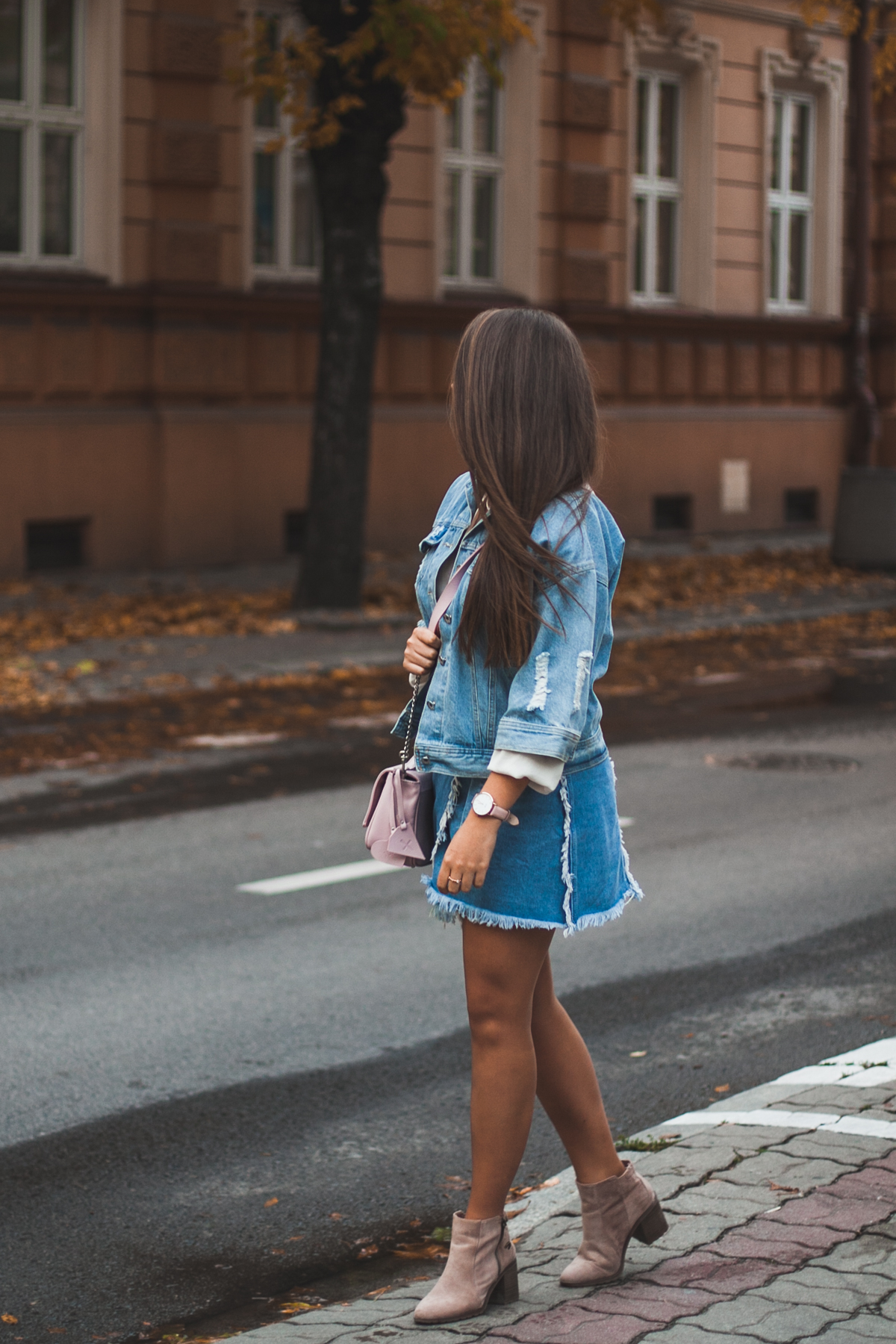 Stylizacja z jeansową kurtką i jeansową spódnicą