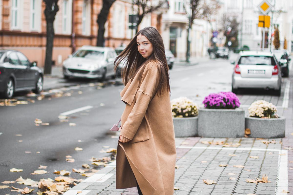 Beżowy płaszcz długi na jesień