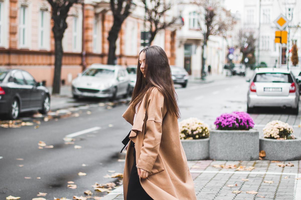 Beżowy płaszcz długi na jesień stylizacja