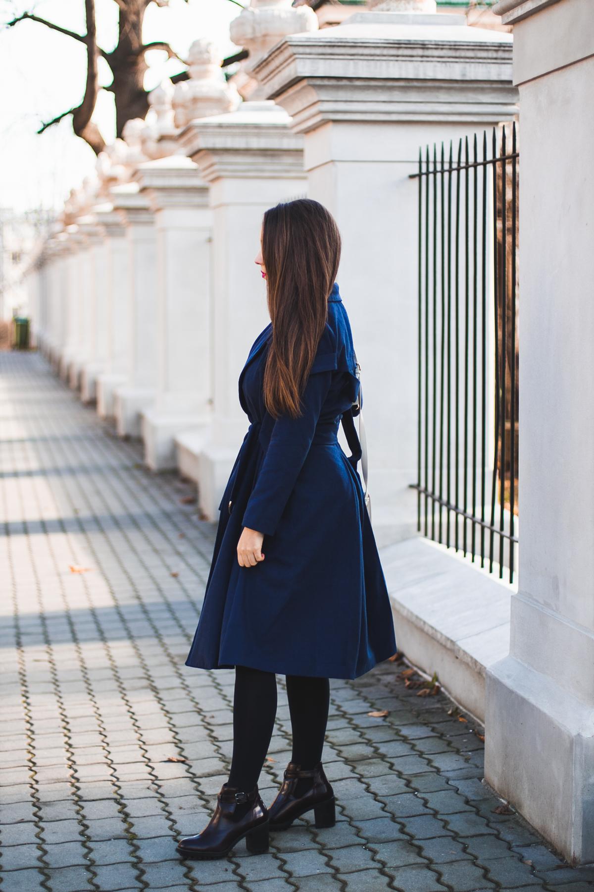 Klasyczny granatowy płaszcz stylizacja
