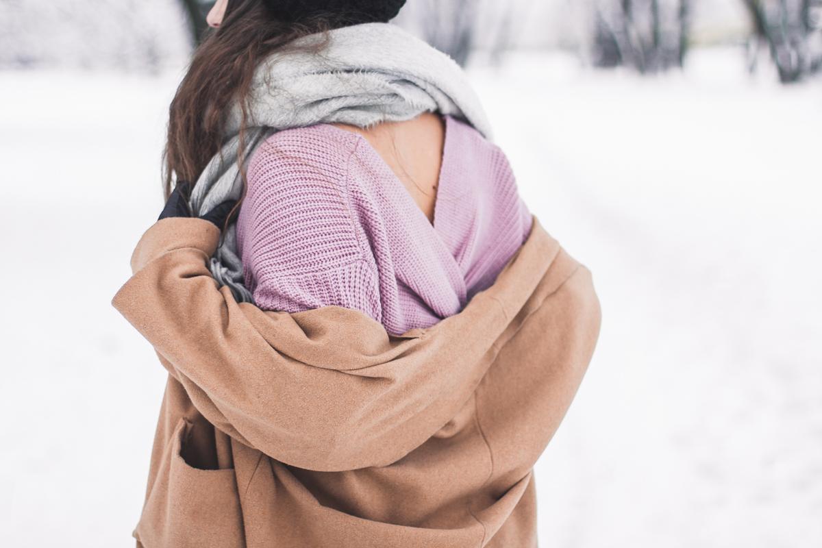 sweter z wycięciem