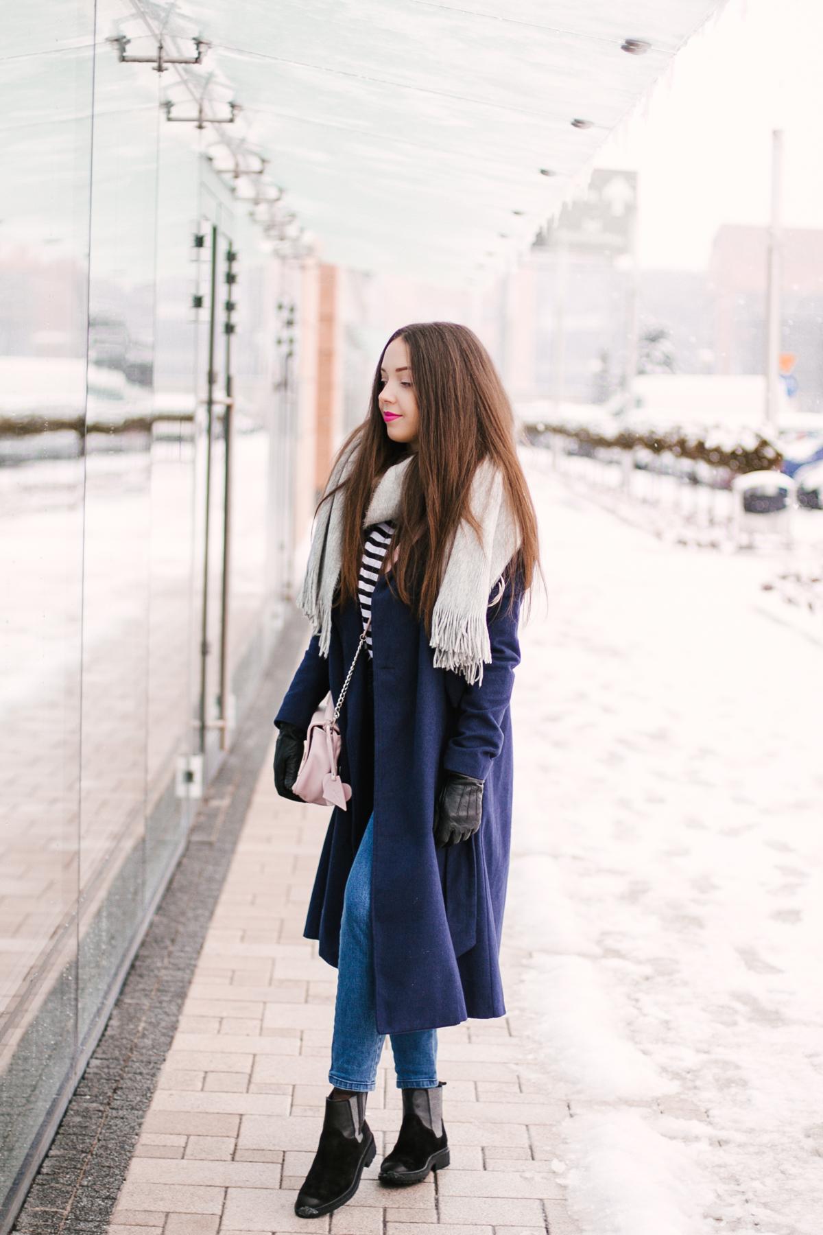 Granatowy płaszcz na zimę