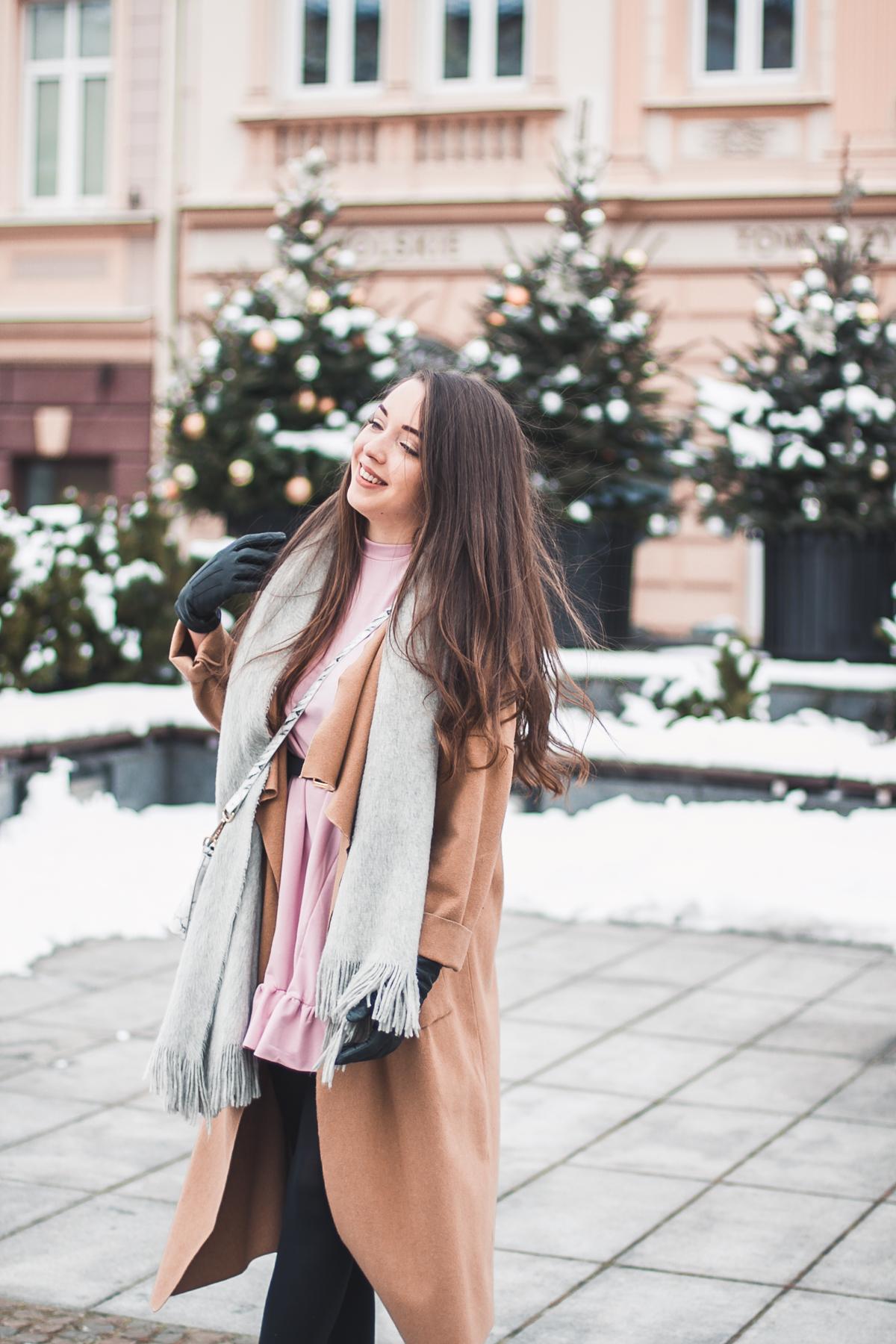 beżowy długi płaszcz na zimę