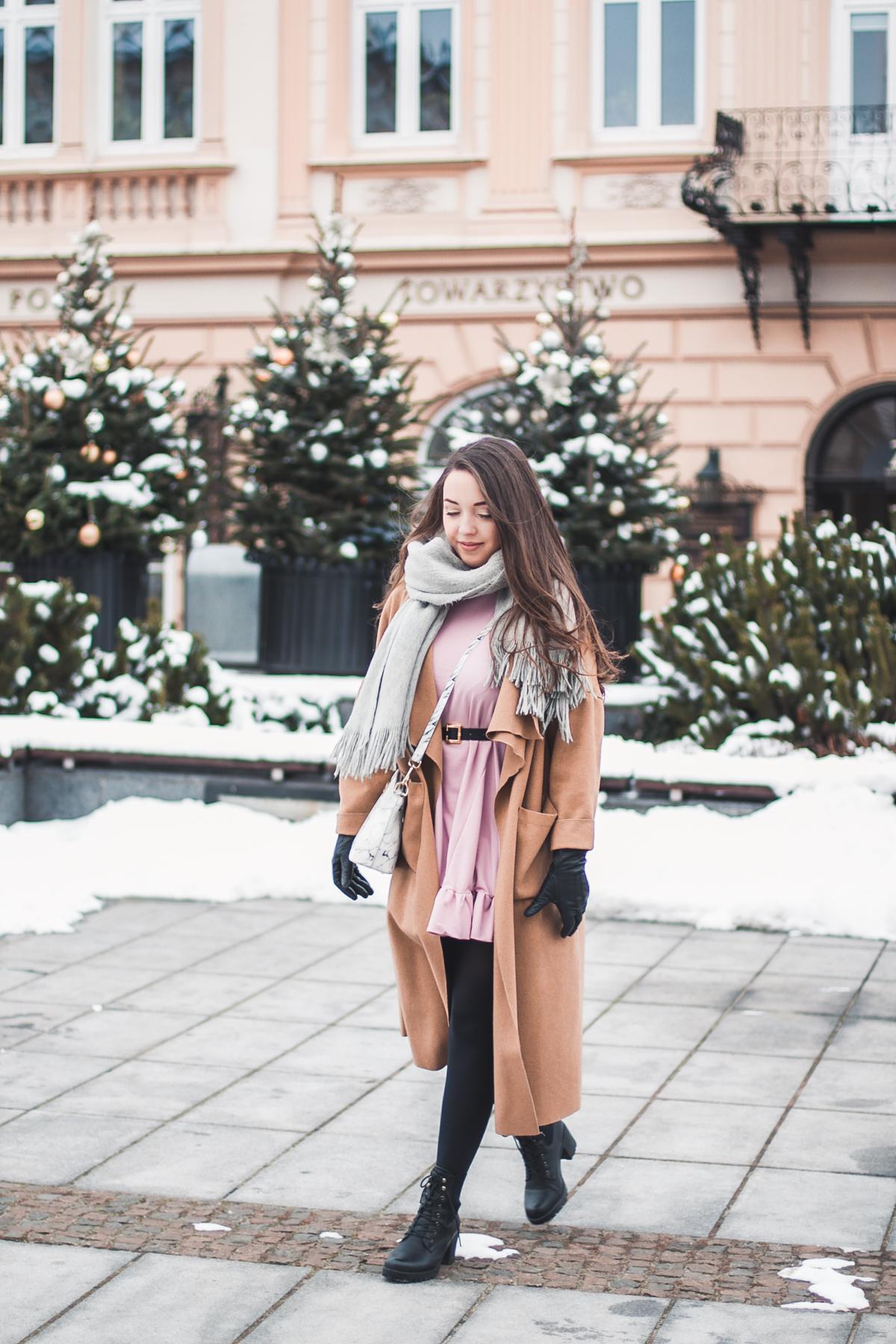 różowa sukienka z falbanką stylizacja