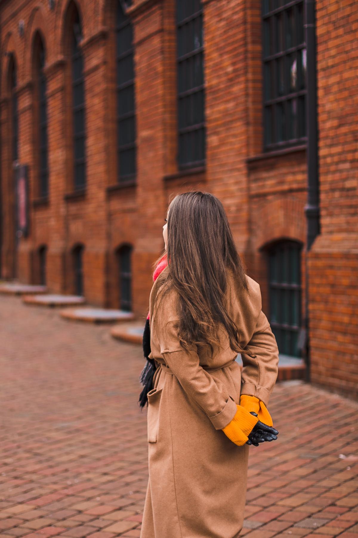 beżowy długi płaszcz stylizacja zimowa