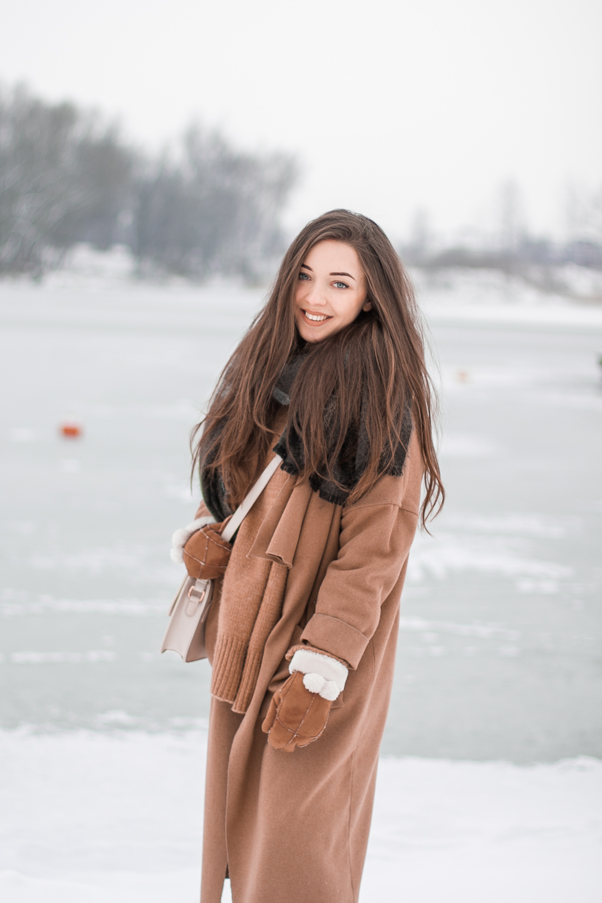 karmelowy długi płaszcz