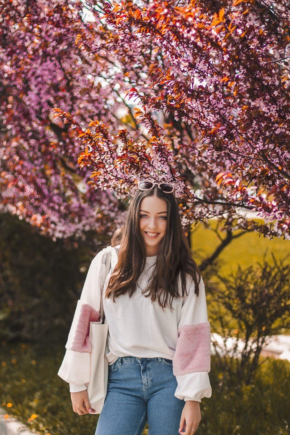 bluza z roóżowymi futrzanymi rękawami