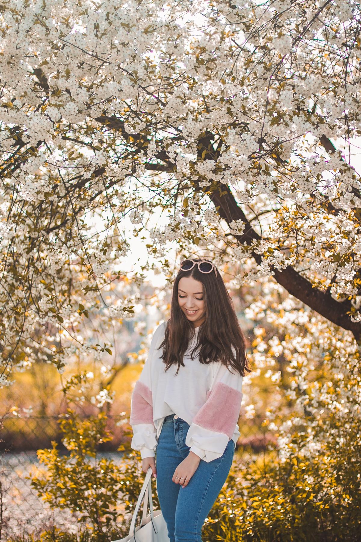 biała bluza z różowymi rękawami