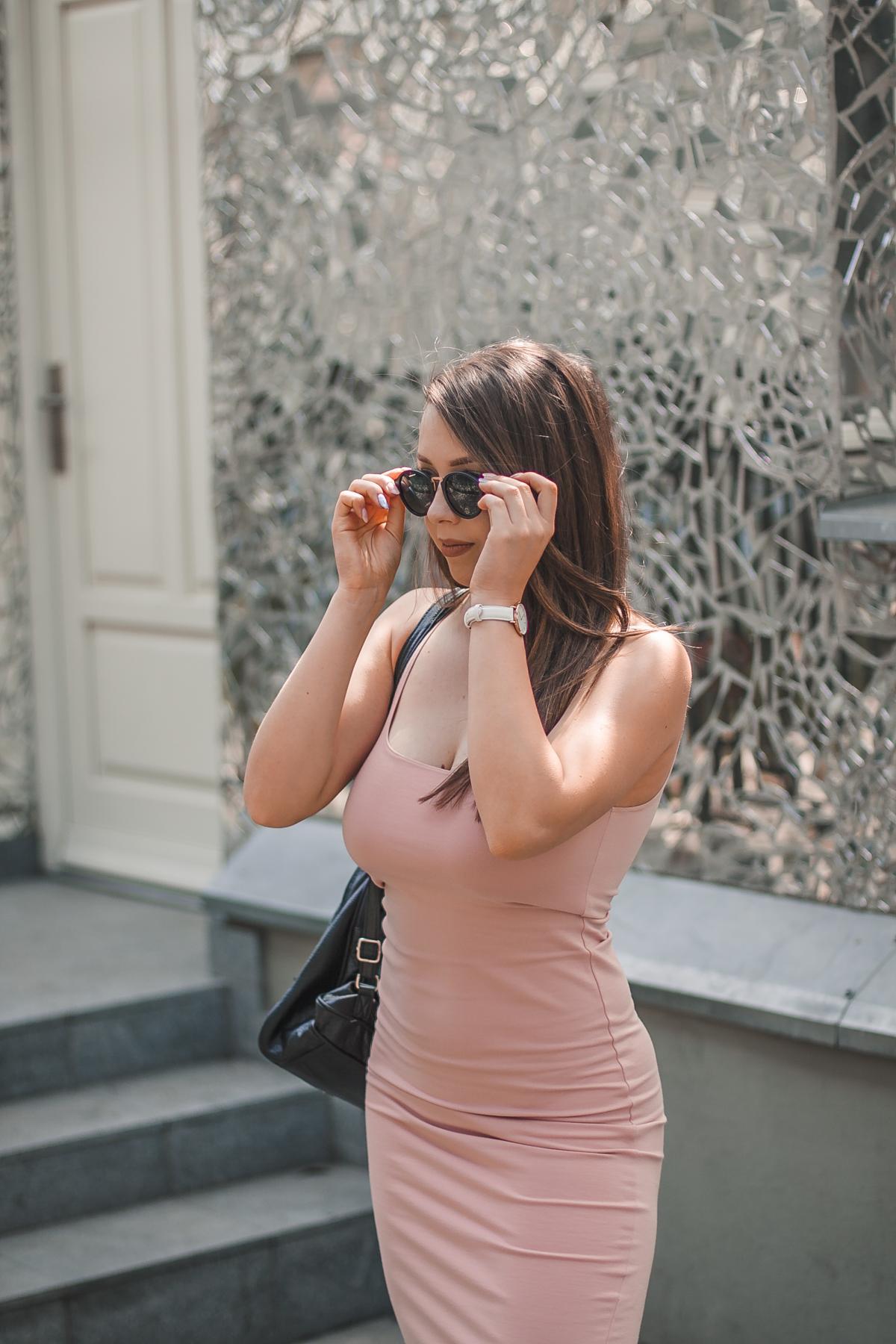 dopasowana sukienka midi stylizacja