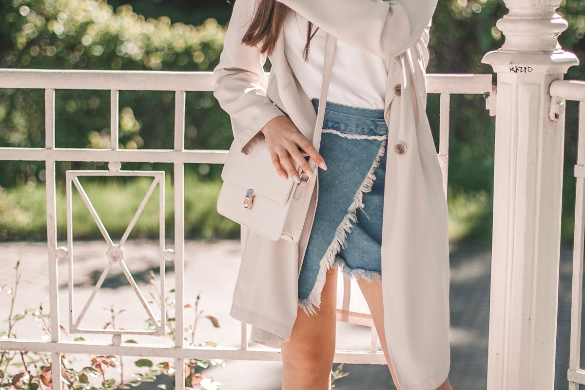 biały t-shirt i jeansowa spódnica stylizacja