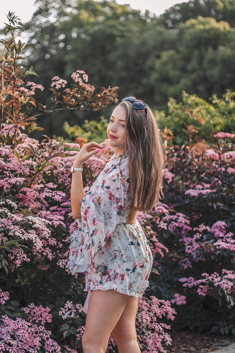 kwiatowy kombinezon z odkrytymi plecami