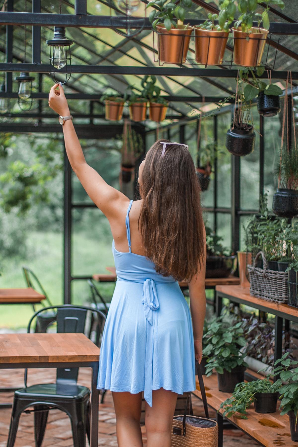 błękitna sukienka na lato stylizacja