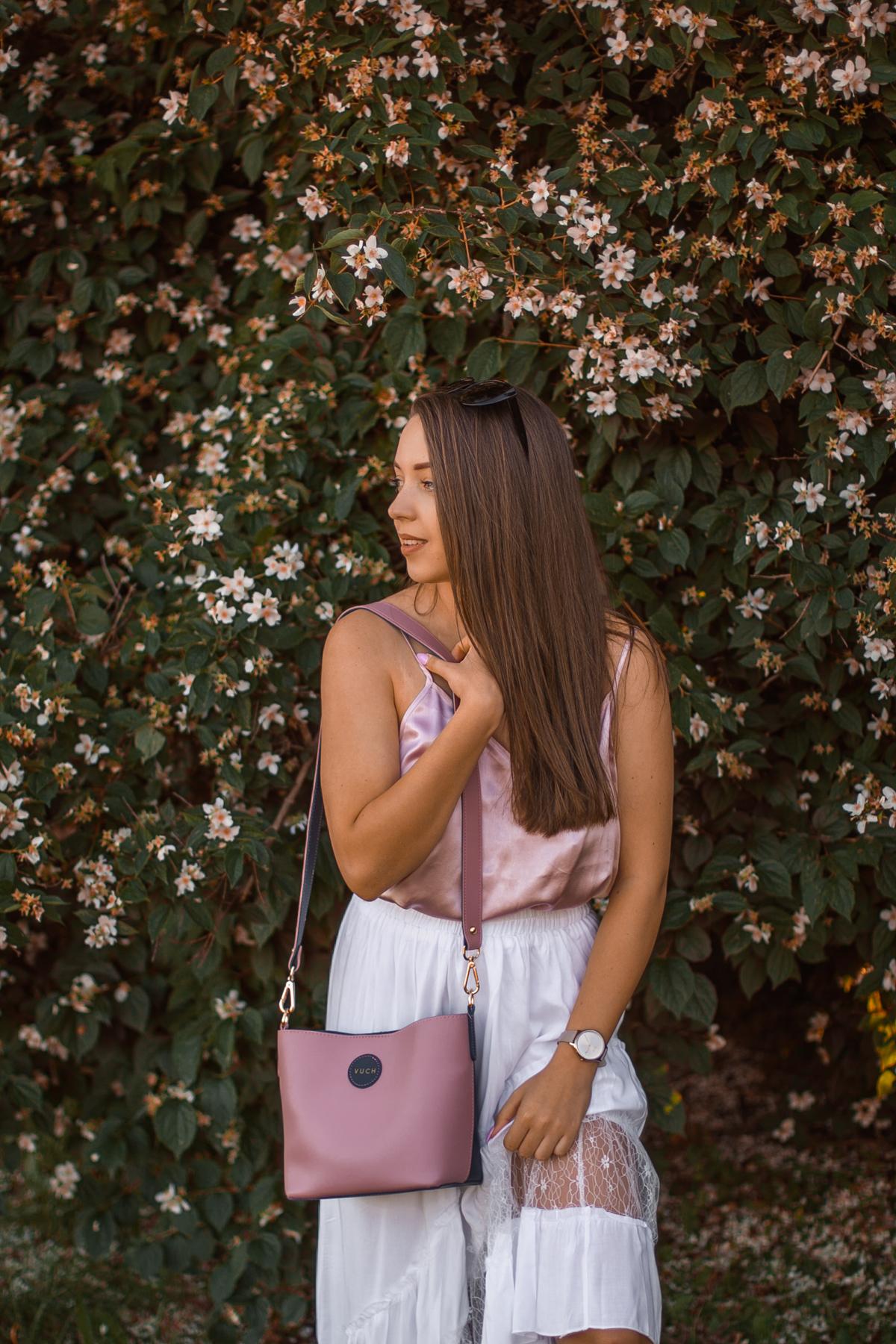 różowa jedwabna bluzka stylizacja