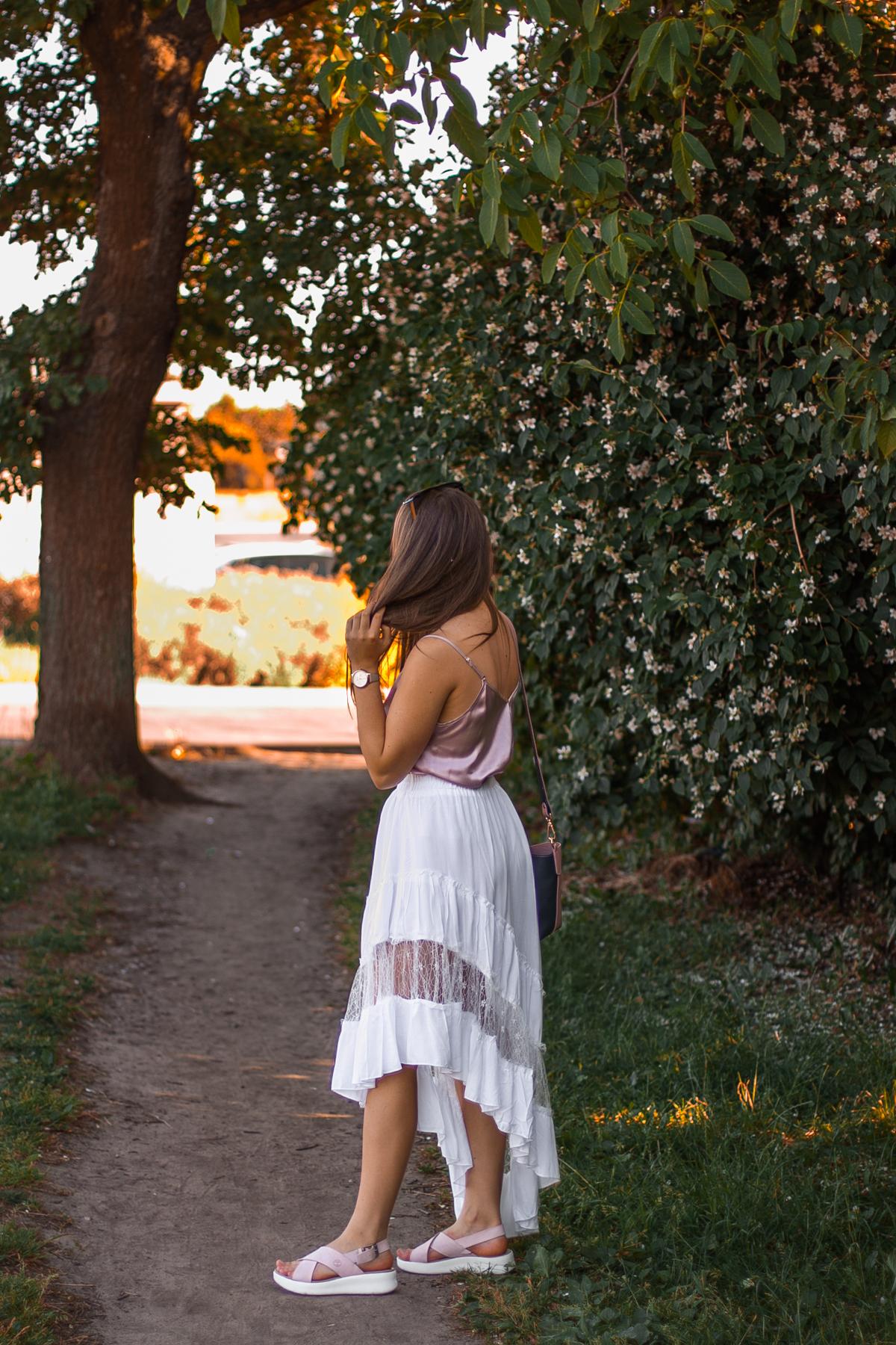 biała asymetryczna spódnica z koronką stylizacja