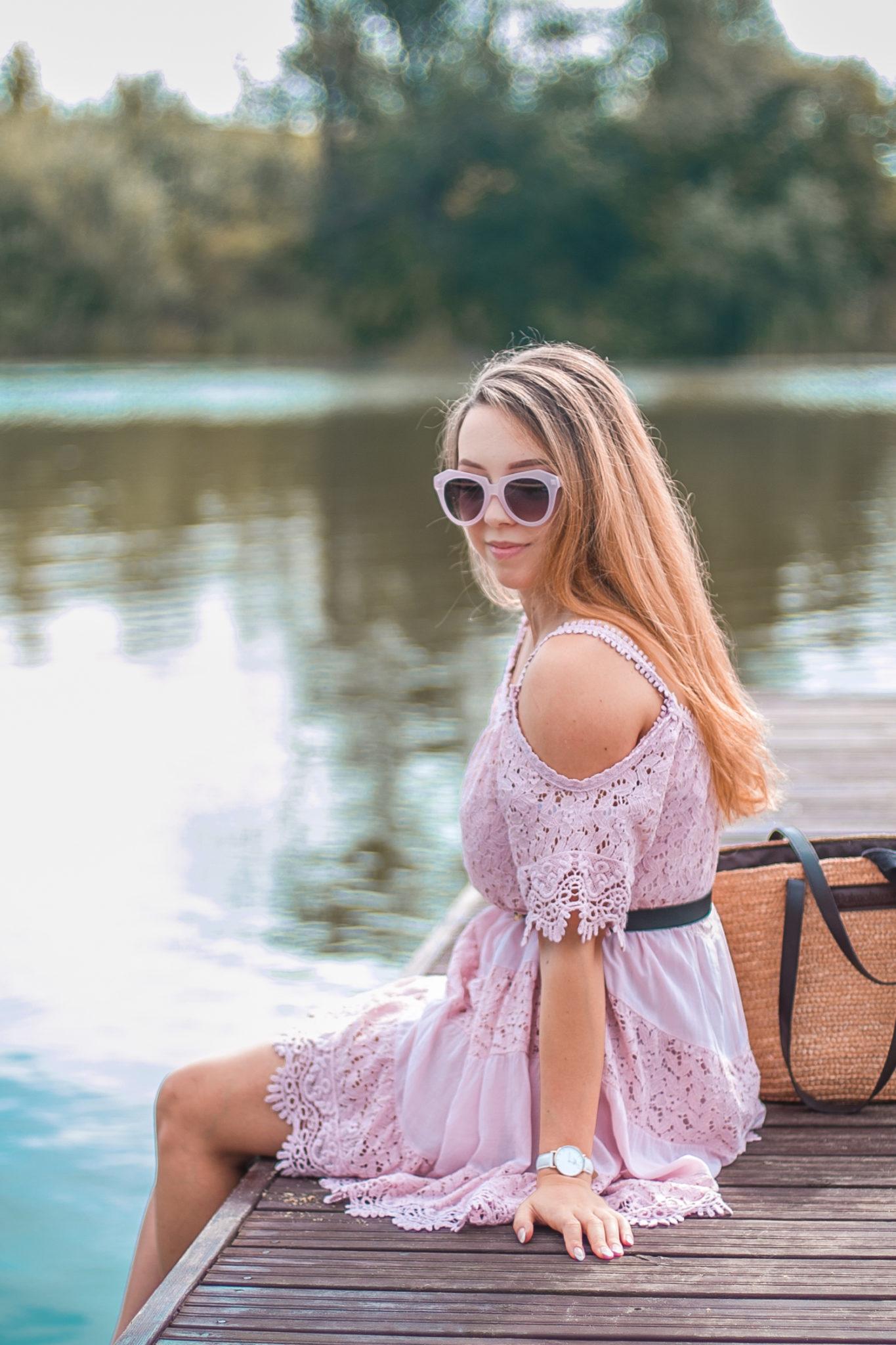 liliowa koronkowa sukienka na lato stylizacja
