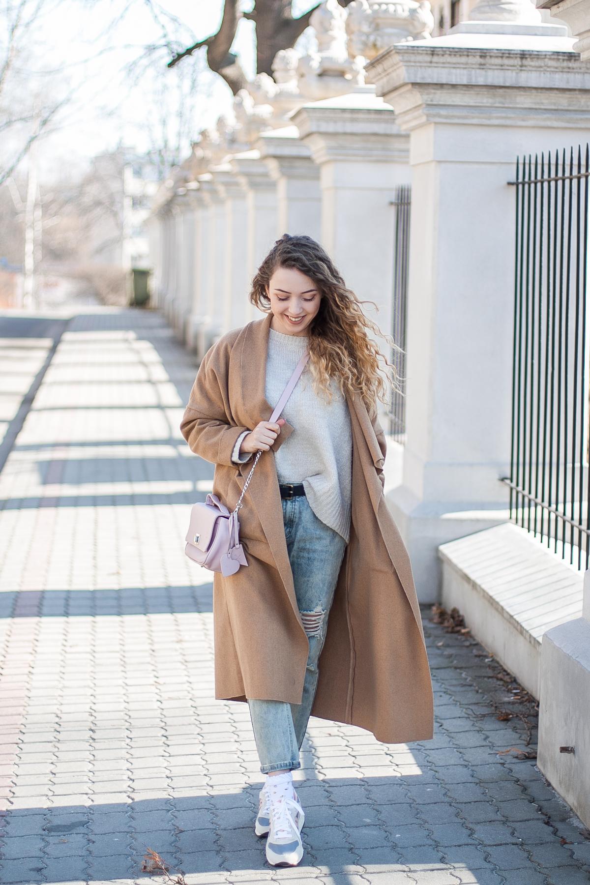 beżowy płaszcz długi