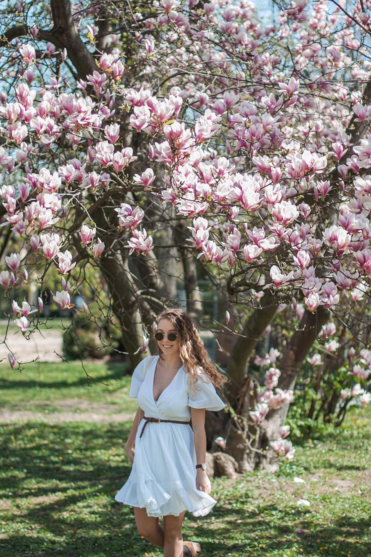 biała sukienka boho z dekoltem
