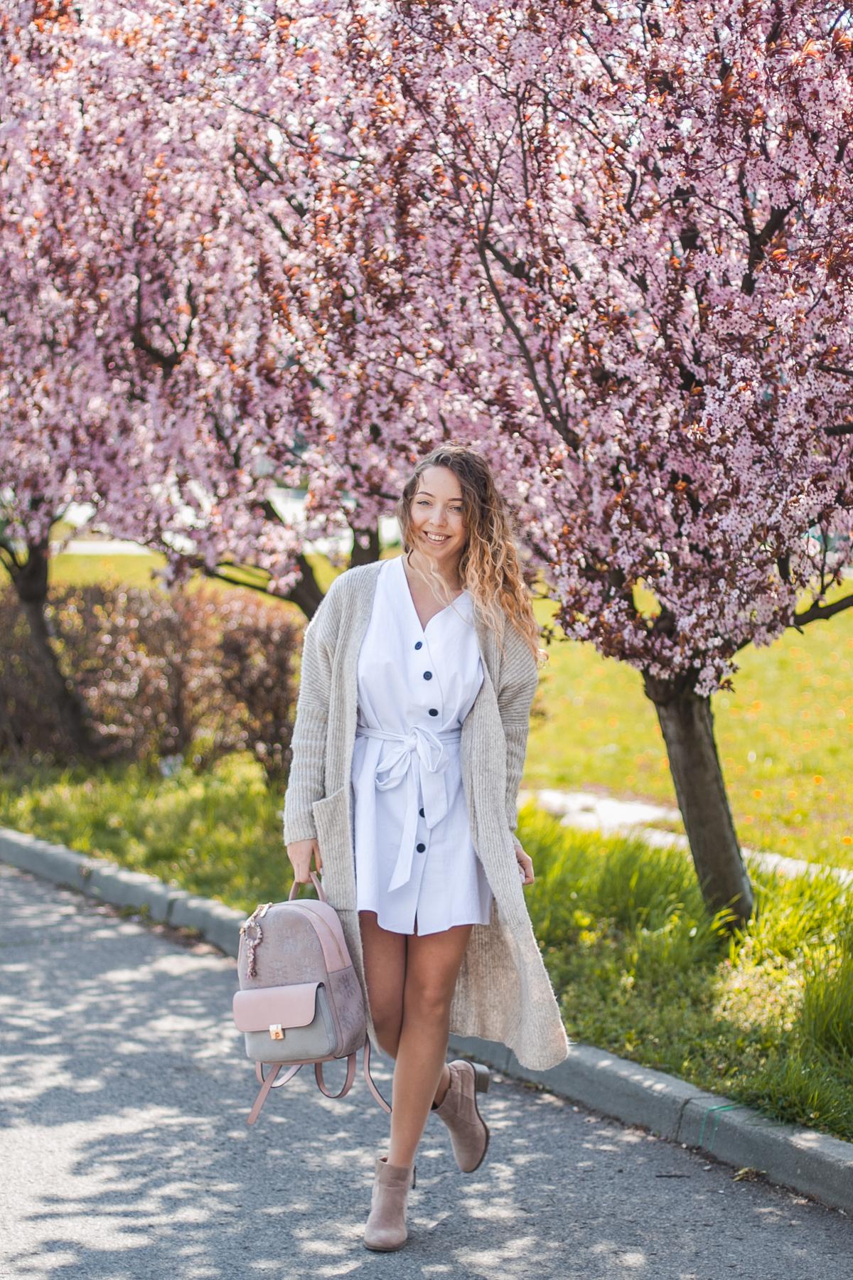 biała sukienka wiązana w pasie