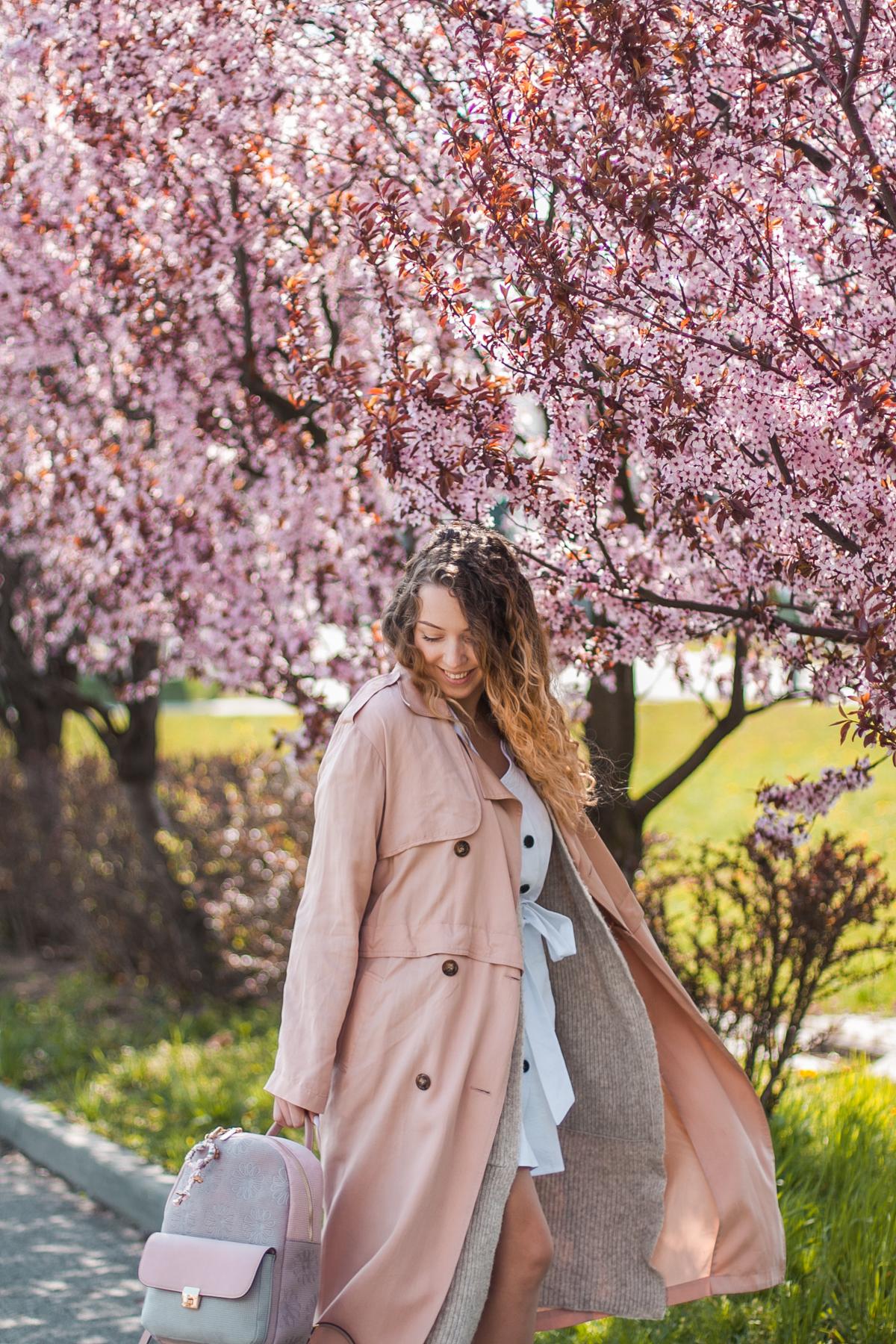 pudrowo różowy płaszcz trench coat w stylizacji