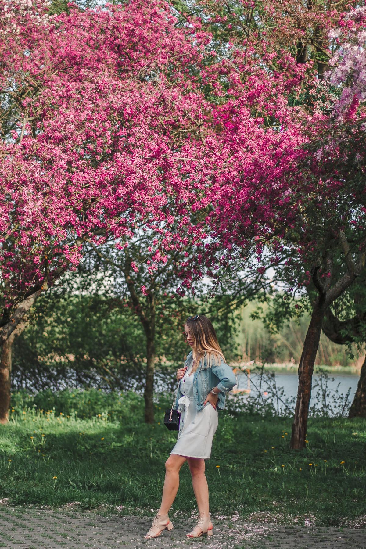 stylizacja z jeansową kurtką i sukienką