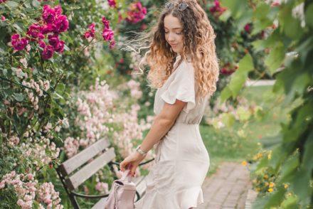 beżowa sukienka z falbaną stylizacja