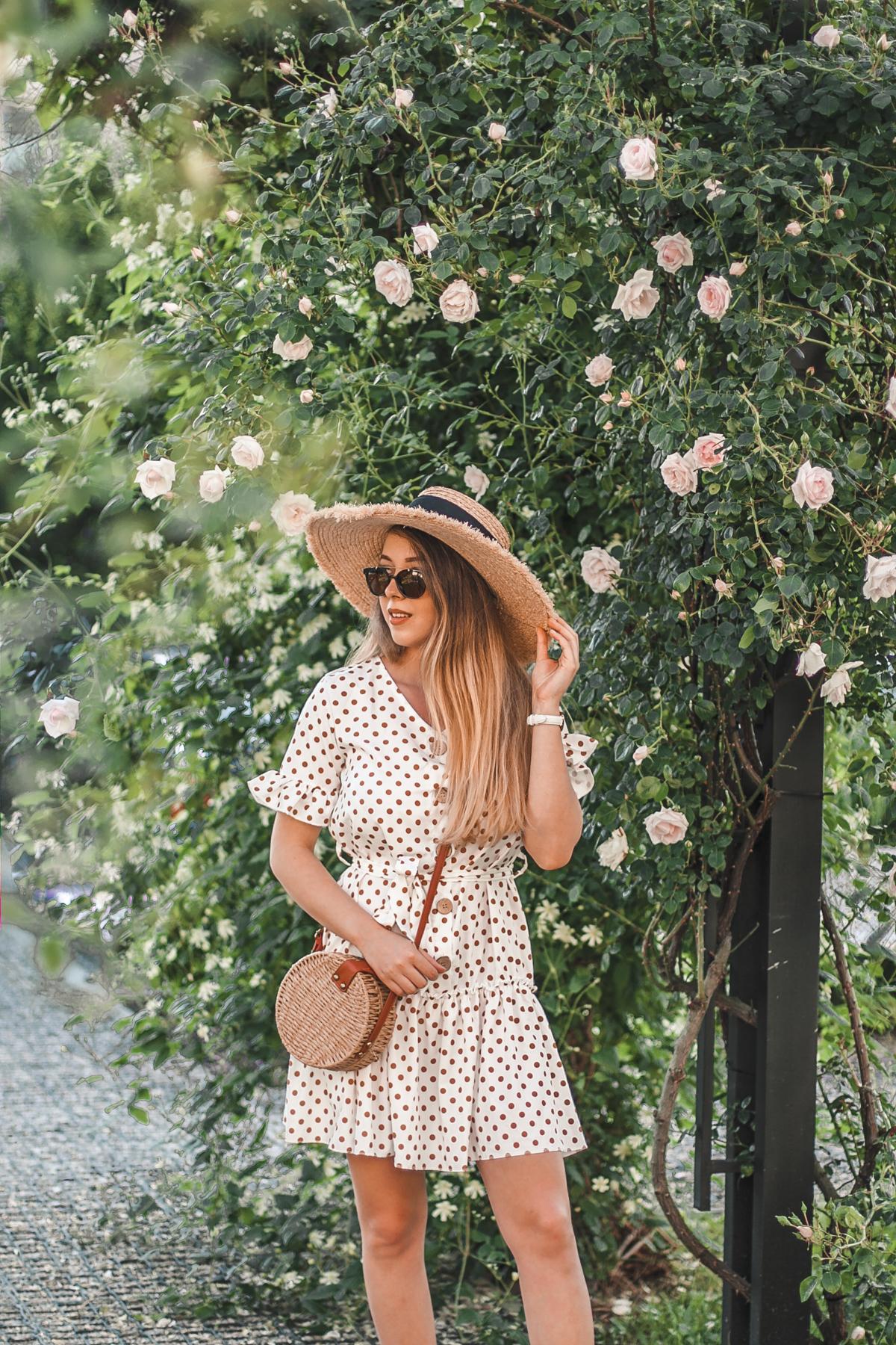 biała sukienka w falbanki i groszki